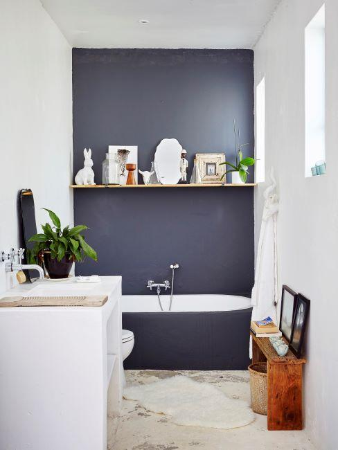 salle de bain moderne avec muur gris foncé