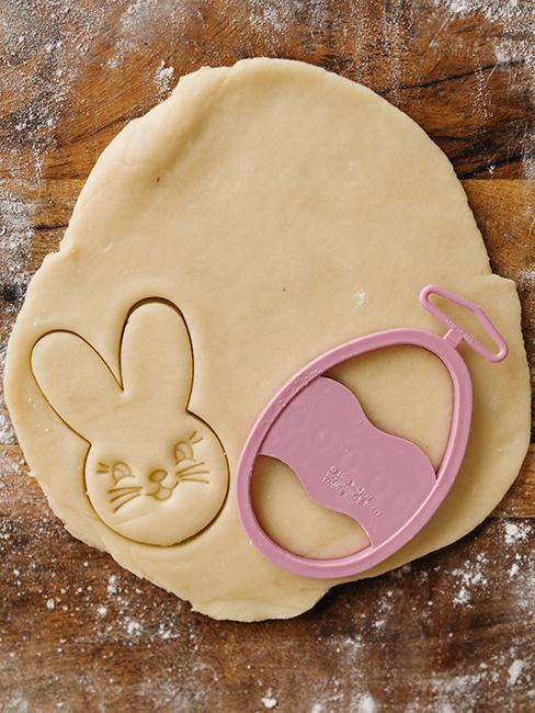 pâte à biscuit avec emporte pièce lapin