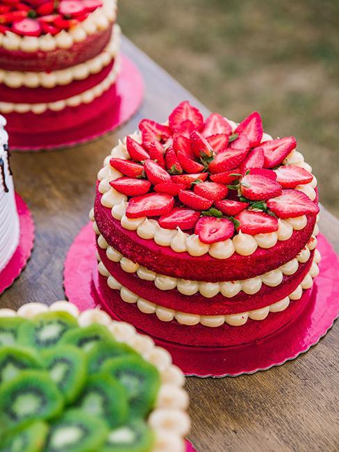 nude cake rose avec crème blanche et fraises