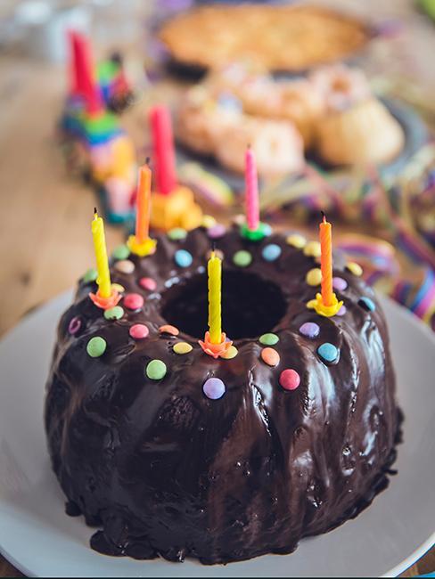 gateau d'anniversaire au chocolat avec bonbons colorés