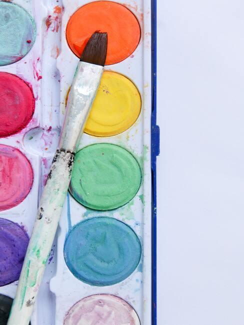 palette de peinture avec pinceau
