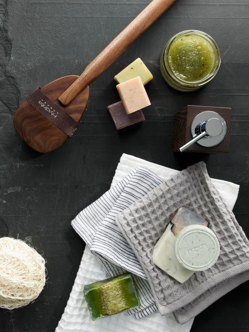 Accessoires de spa, compose de savons, huiles essentielles, serviettes de bain et accessoires de massage