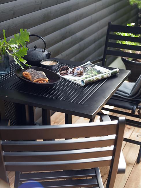 table noire pour balcon avec chaises