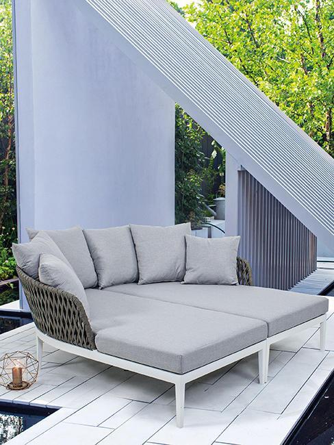 canapé lounge gris sur terrasse
