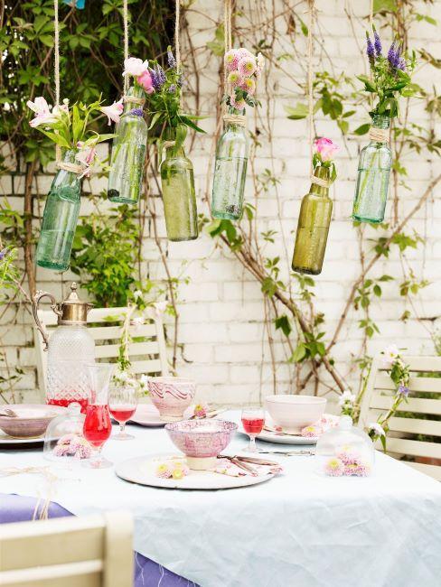 Mur de brique blanche avec plantes grimpantes