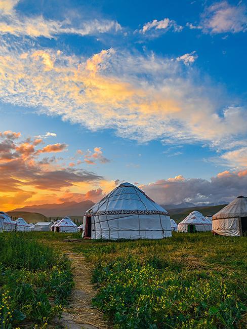 Yourtes à la campagne avec coucher de soleiil
