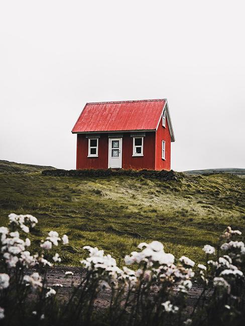 Maison en bois rouge à la campagne