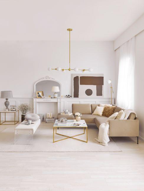 salon beige, séjour beige, couleurs claires, suspension dorée, salon moderne,