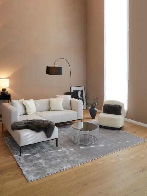 salon mur beige, canapé d'angle, canapé blanc, tapis gris, lampa à arc, salon minimaliste
