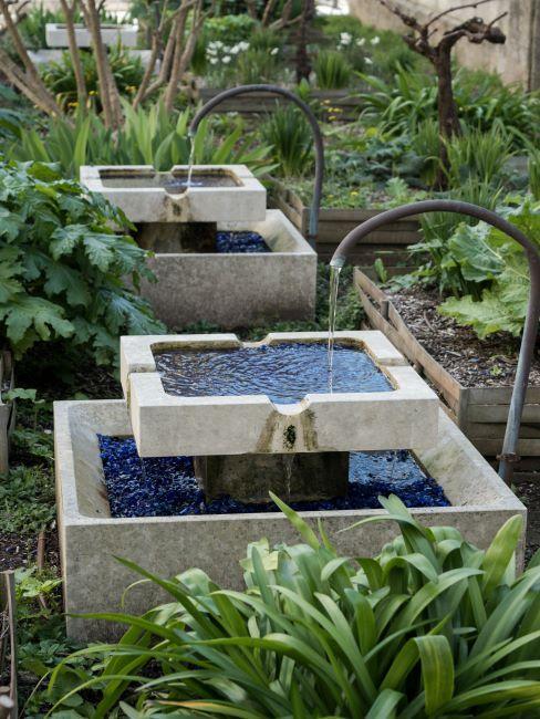 Deux fontaines de jardin en pierre