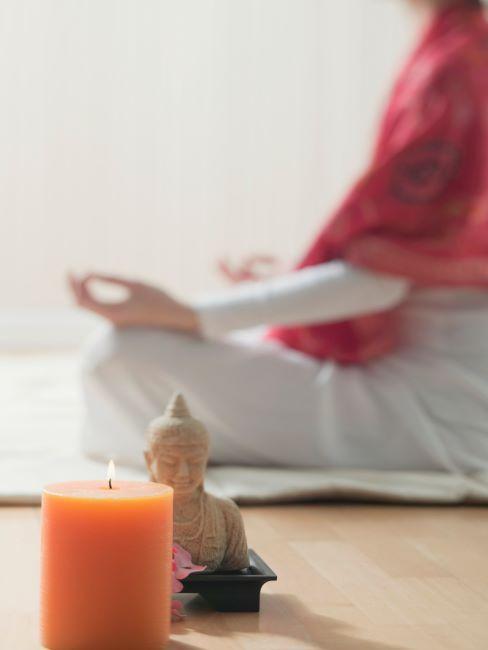 corps d'une femme en train de mediter