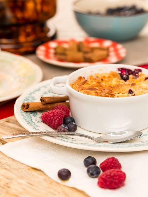 dessert aux fruits servi dans un service blanc