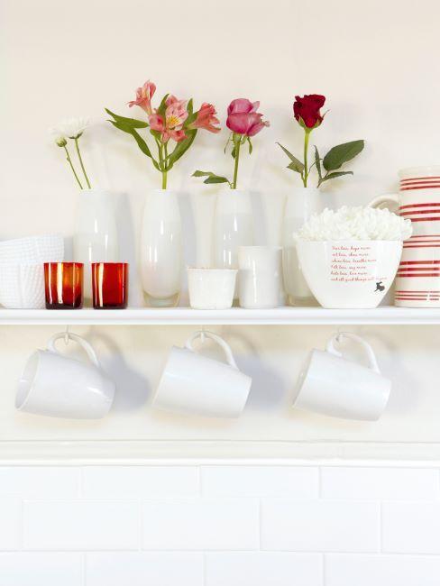 jolie vaisselle blanche avec des fleurs dedans