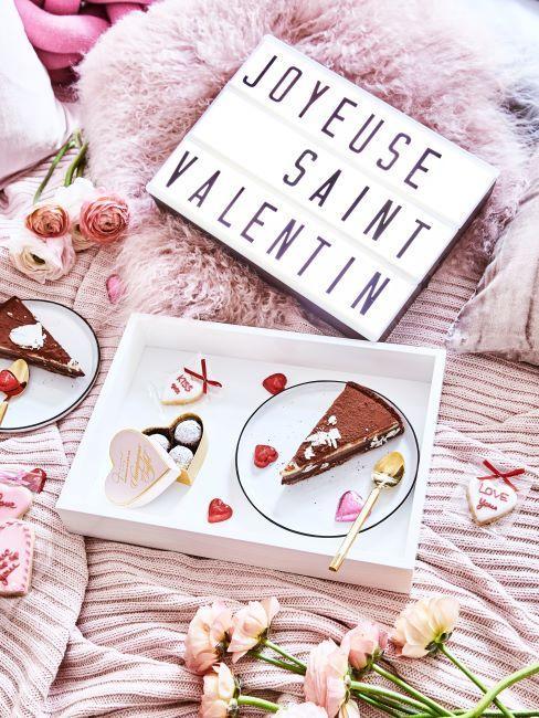 petit dejeuner au lit avec boite lumineuse saint valentin