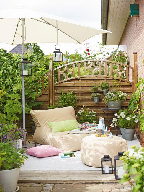 brise vue en bois avec terrasse décorée