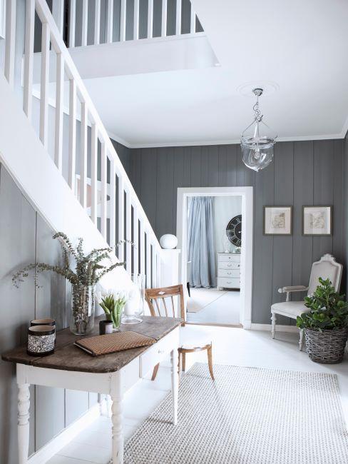 Cage d'escalier intérieure gris et blanc