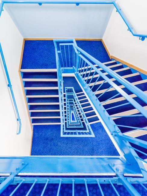 Cage d'escalier bleu et blanc