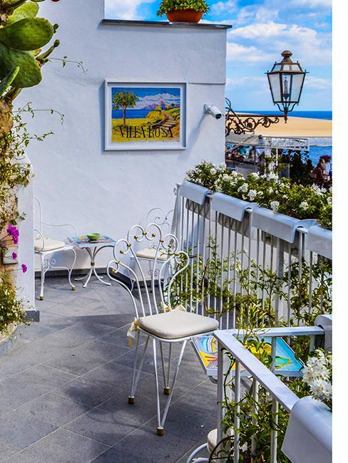 balcon fleuri au bord de mer