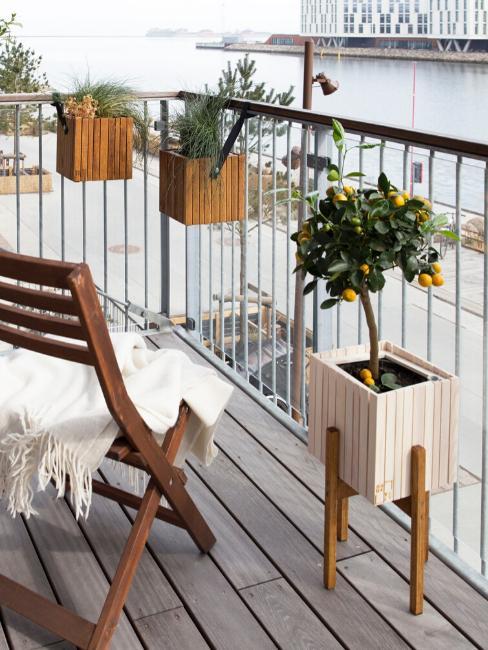 balcon avec sol en bois et jardinières