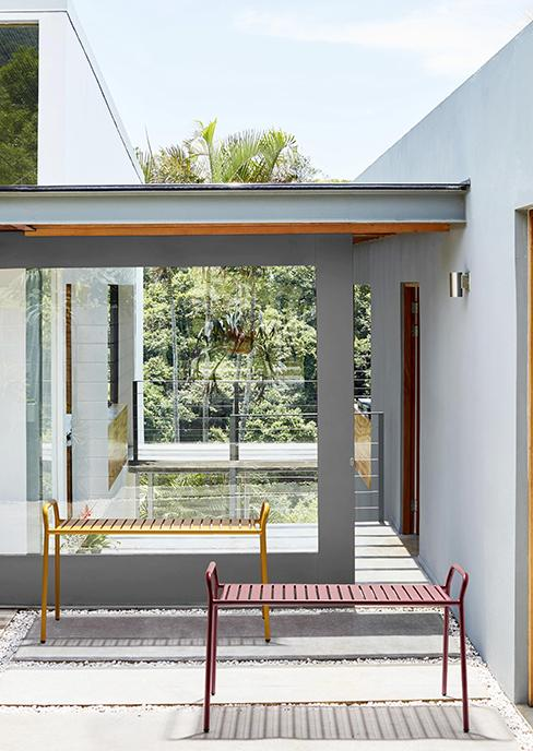 banc de jardin en métal rouge et jaune