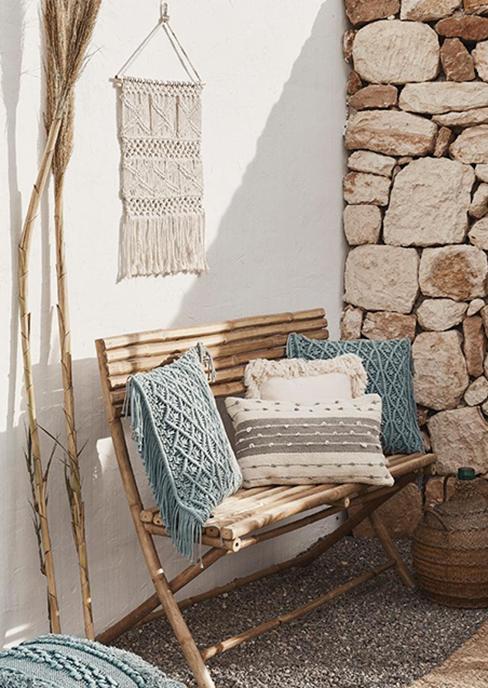 banc de jardin en bois avec coussins boho