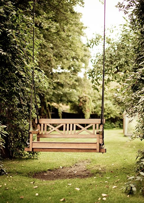 banc de jardin en bois transformé en balançoire