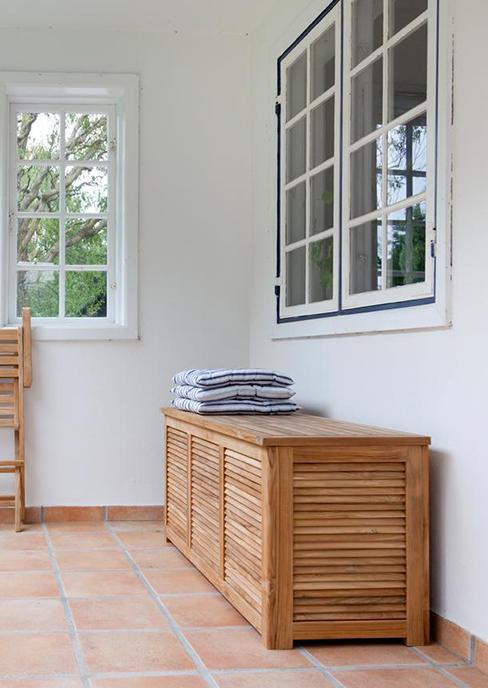 coffre de rangement en bois extérieur sur terrasse couverte avec carrelage