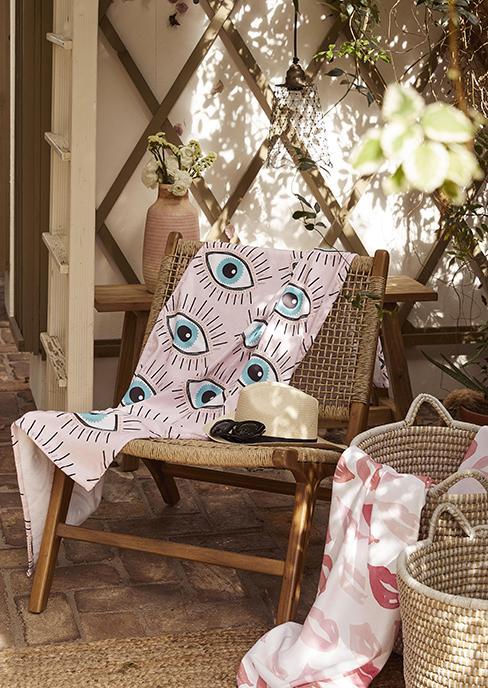 fauteuil de jardin en teck avec serviette de place à motif oeil