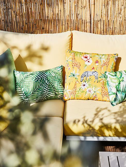 balcon avec canisse et canapé de jardin jaune et coussins jaunes et verts