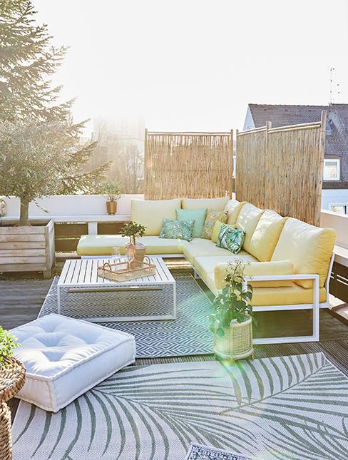 terrasse avec canisse et salon de jardin jaune
