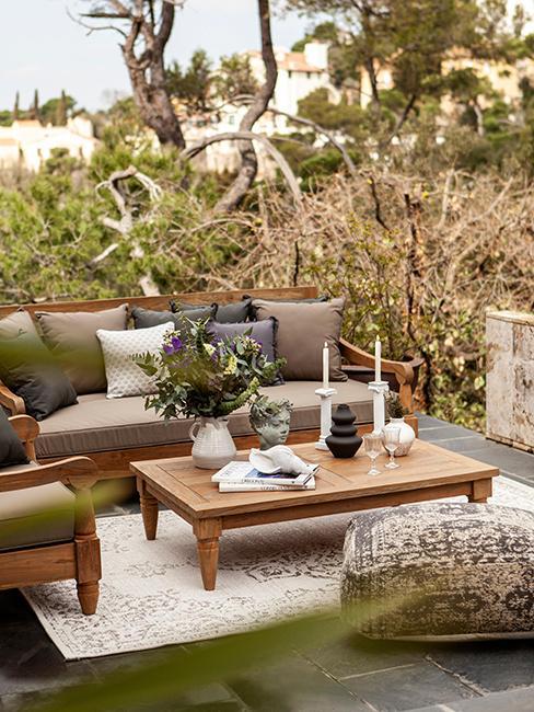 table basse en bois extérieur et canapé de jardin