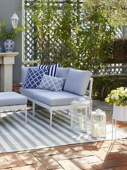 Brise vue sur support en bois et canapé de jardin bleu et gris