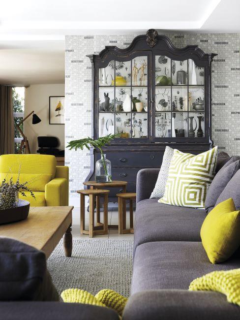 salon avec petites touches deco jaune sur le fond gris