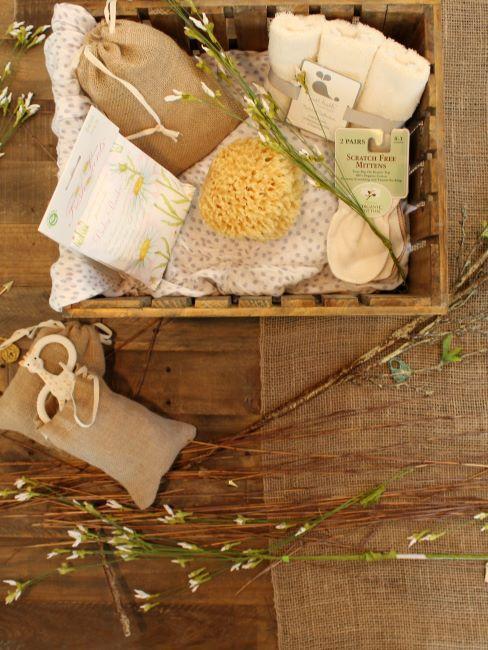 Panier en bois avec divers cadeaux pour nouveaux nes