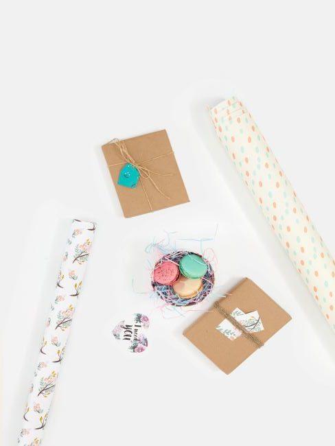 papier cadeau colore, macarons et cadeaux diy