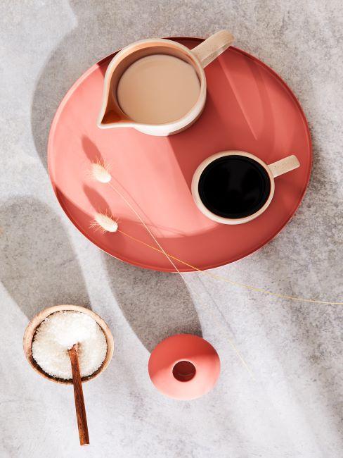 Plateau et vase corail, tasse et pot a lait beige