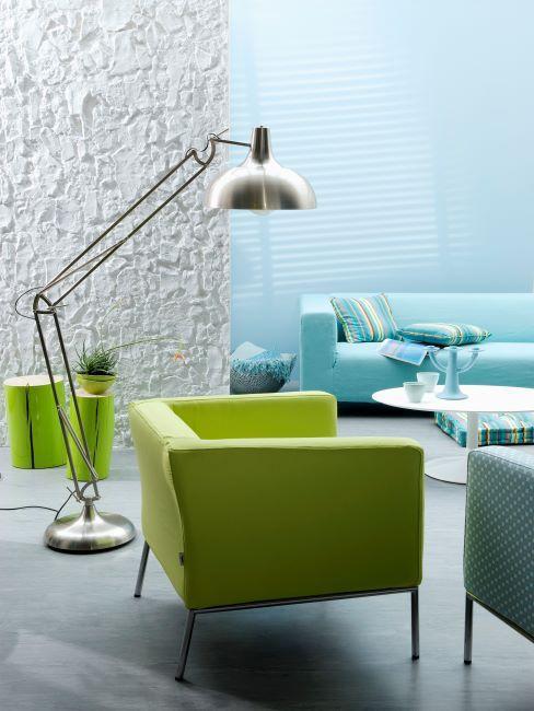 salon avec fauteuil vert, grande lampe, canapé bleu