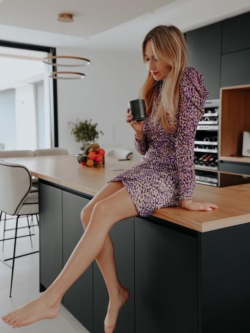 Lola Rossi assise sur son ilot de cuisine