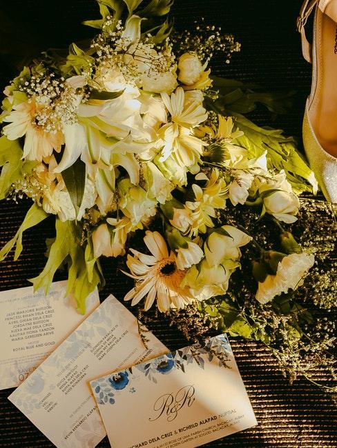 Invitation de mariage avec bouquet de fleurs jaunes et crème