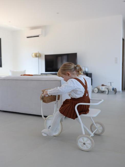 Petite fille qui joue dans le salon blanc