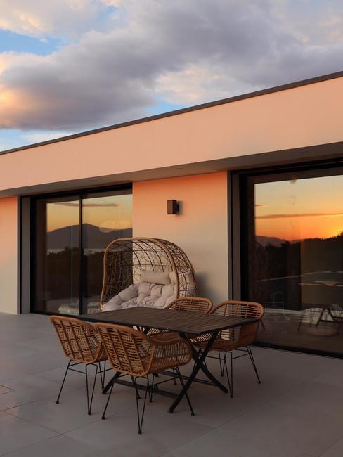 Facade avec terrasse et table d'exterieur