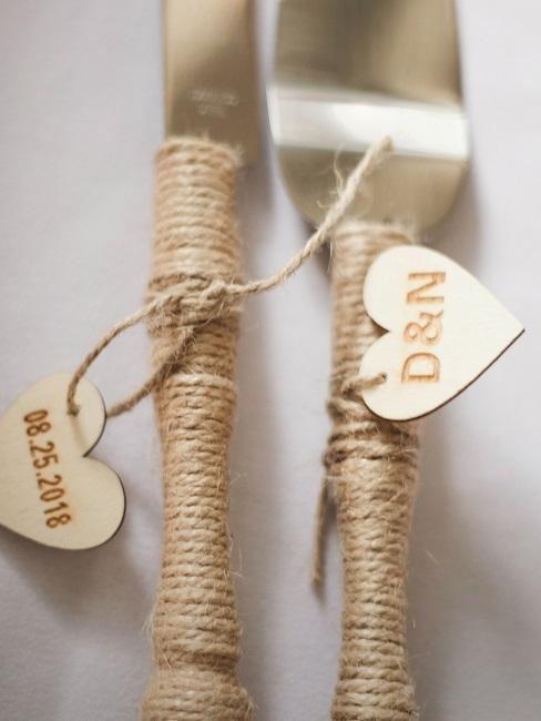 décoration de mariage boho avec couverts enroulés dans de la ficelle