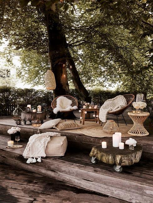 décoration extérieur boho avec tapis en jute, plaid moelleux, guirlandes lumineuses
