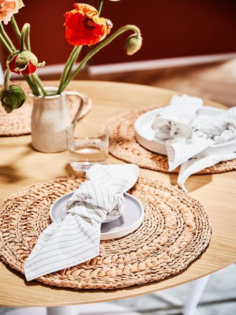 décoration de table avec set de table tressé et serviettes blanches