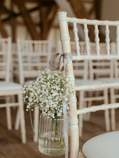 petit vase transparent accroché à une chaise pour mariage boho
