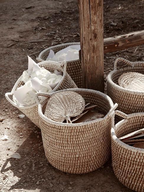 paniers en osier posés au sol
