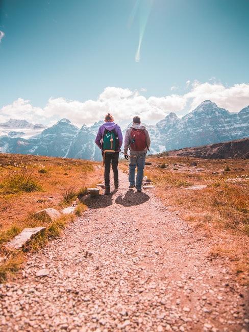 Deux hommes en randonnée dans les montagne