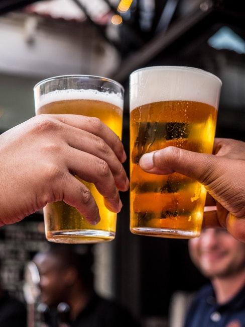 Deux hommes tenant des verres de biere