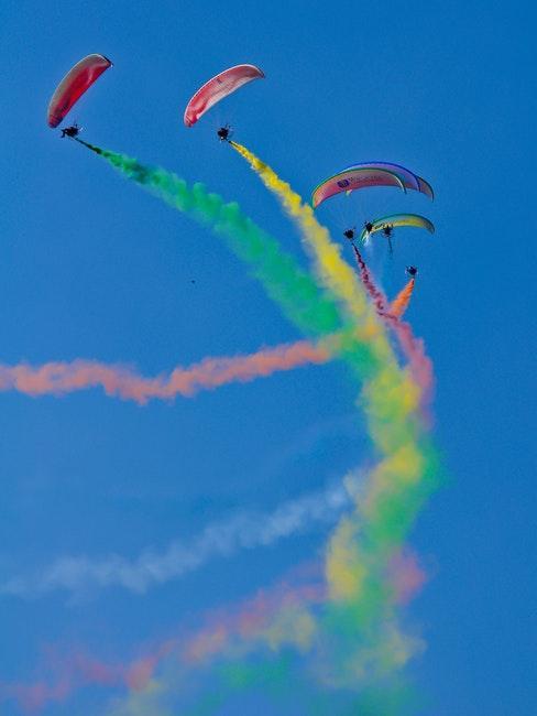 Trois parachutistes jouant avec de la poudre peinte