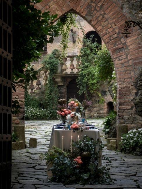 mariage dans un château avec table et fleurs
